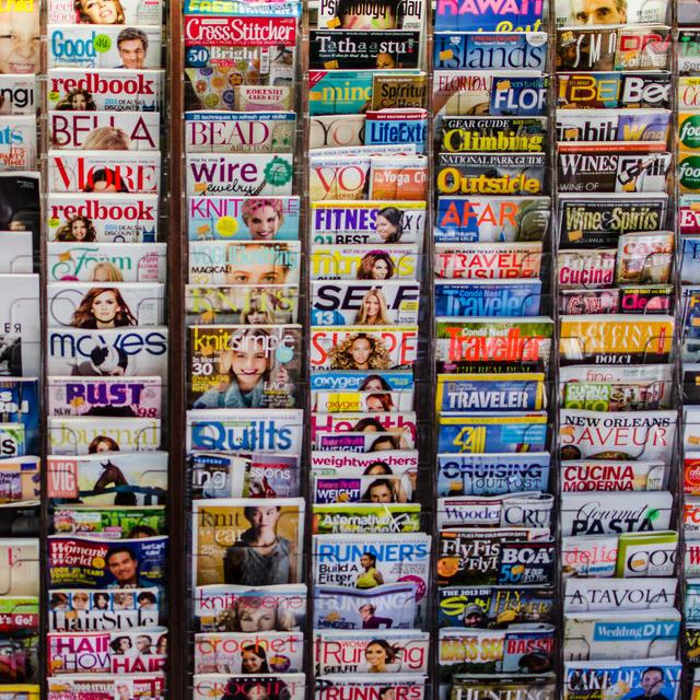 ファッション雑誌がたくさん並んでいるようす