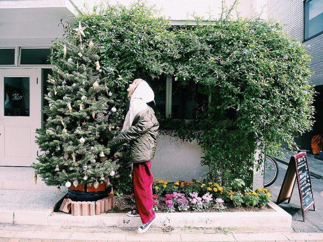 クリスマスツリーと女性