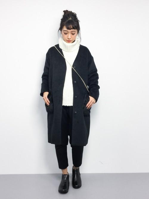 黒のノーカラーコートに白のシンプルなトップスを合わせたコーデ