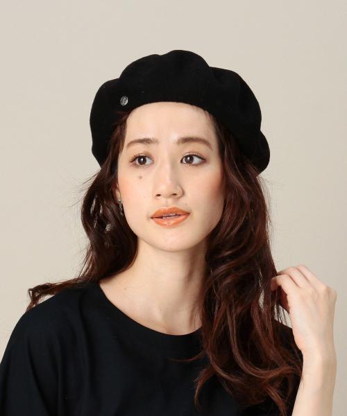 黒いベレー帽をかぶった女性