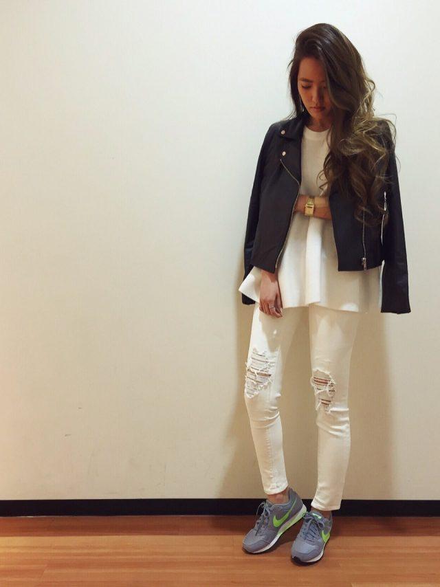 白のクラッシュデニムにナイキのスニーカーを履いた女性