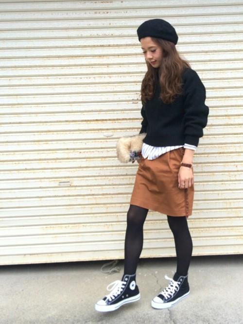 シアーなタイツにハイカットスニーカーやキャメルのスカートを合わせたコーデ