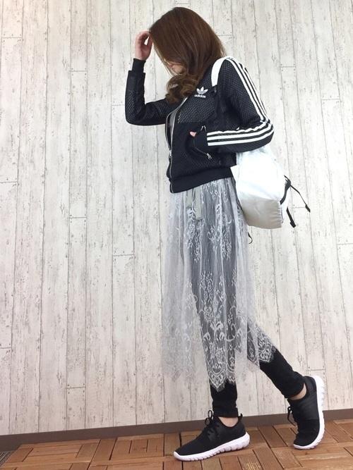 アディダスのジャージに白のレーススカートをスキニーパンツの上に巻いたスタイル