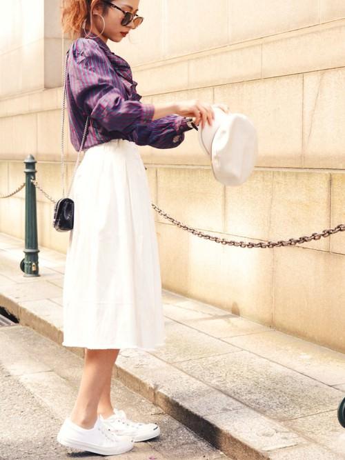 白デニムスカートのコーデ特集!季節別の着回し方を紹介!