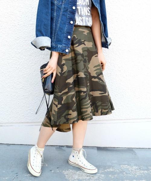 迷彩柄スカートにデニムシャツを合わせたコーデ