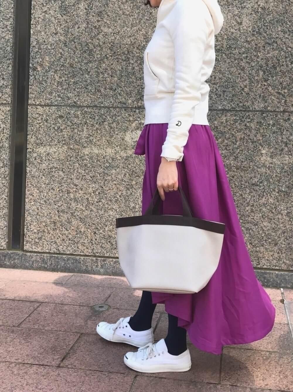 紫のフィッシュテールスカートを履いた女性