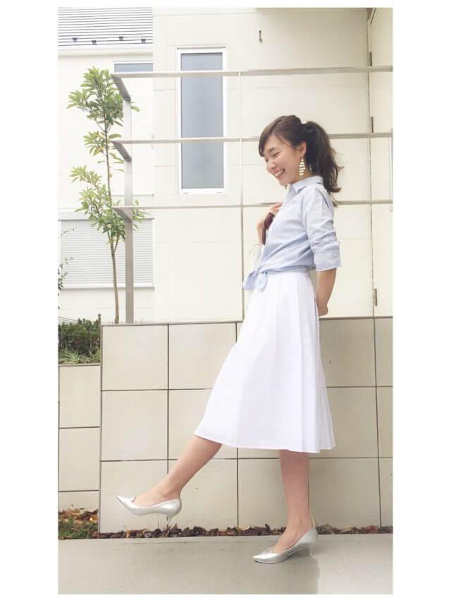 白スカートにシャツの女性