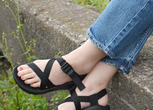 黒のスポーティサンダルを履いた女性の足元