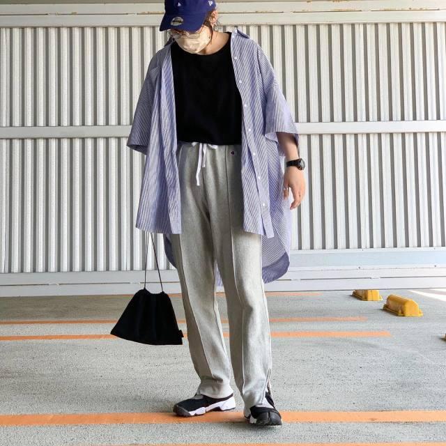 H&Mのストライプシャツを羽織った女性