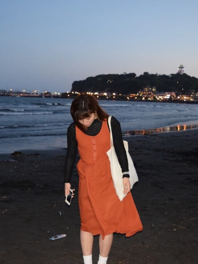 オレンジのワンピースを着た女性