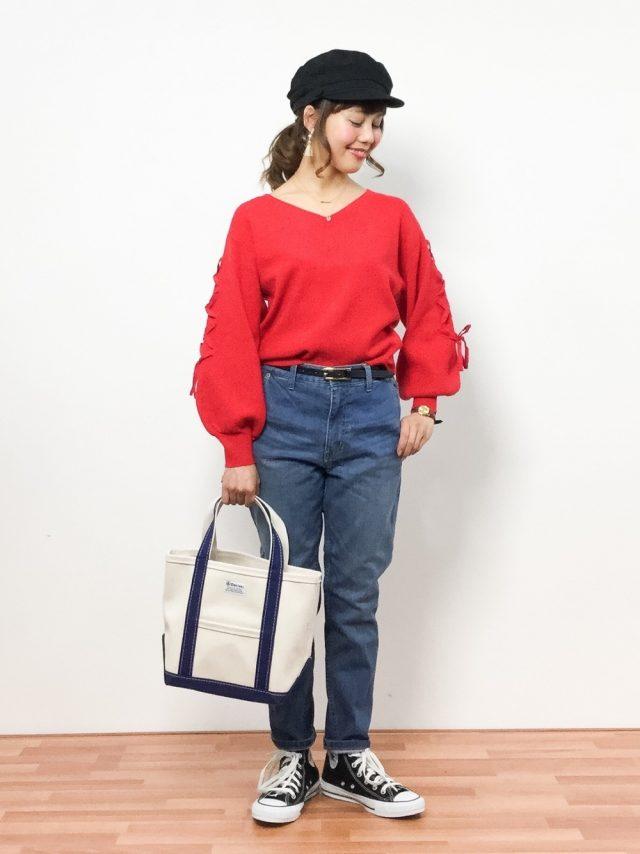 キャップに赤のトップスを着たデニムの女性
