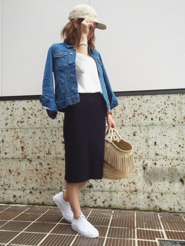 デニムジャケットにペンシルスカートの女性