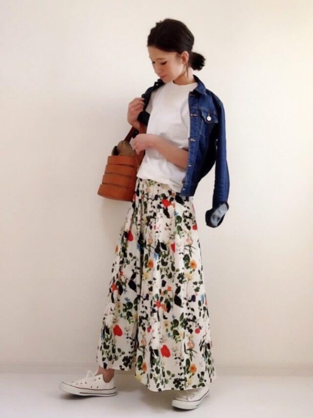 ボタニカルスカートにデニムジャケット
