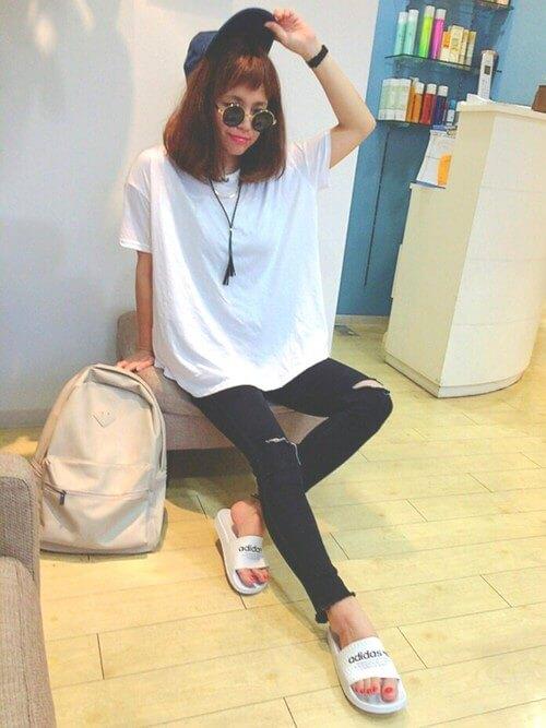 白Tシャツに黒のスキニーを履いた女性