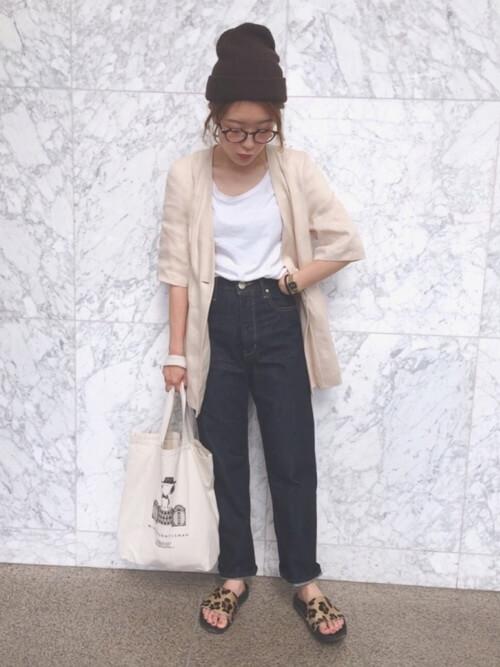 白Tにデニムパンツを履いた女性