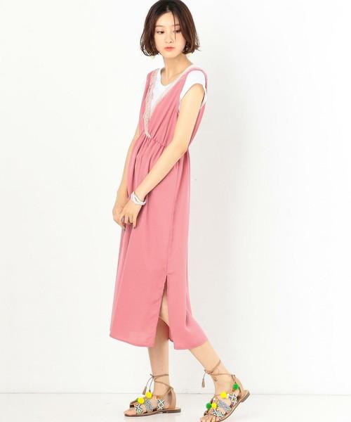 白いTシャツとピンクのスリット入りワンピースを着てぺたんこのサンダルを履いた女性