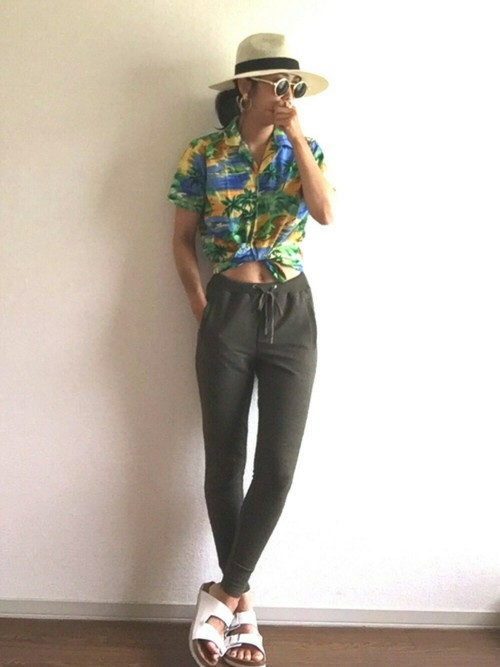 アロハシャツと細スウェットパンツでシーサイドにも着れるコーデ