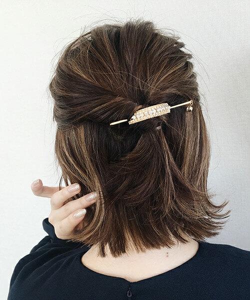 ハーフアップヘアスタイルにマジェステをつけた女性