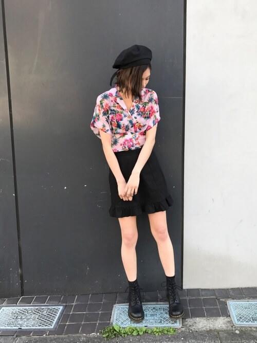 ピンクの花柄アロハシャツを黒アイテムで甘辛コーデ
