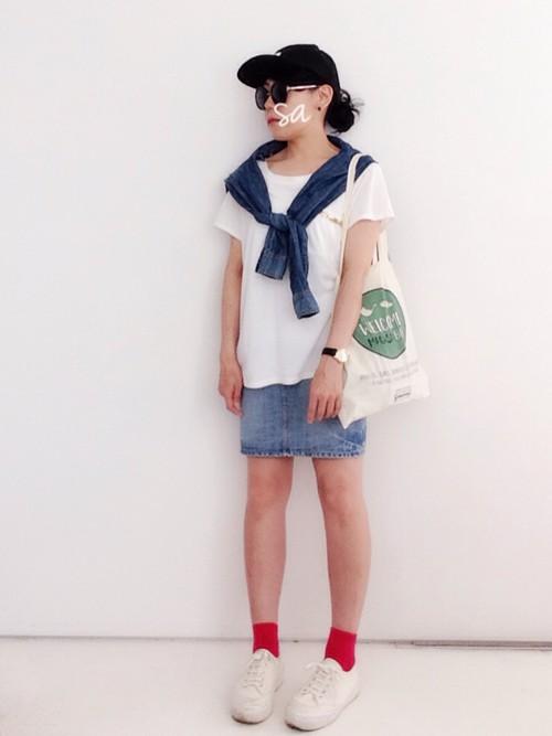 白Tにデニムミニスカートを履いた女性
