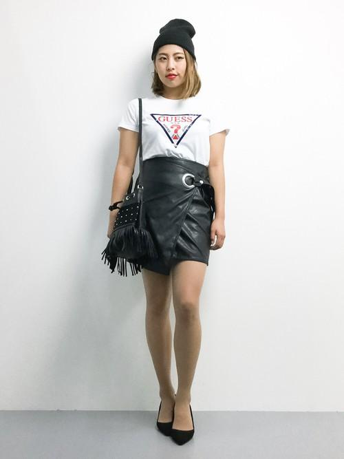 白Tにレザースカートでモードなコーデ