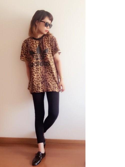 アディダスのレオパードTシャツは黒スキニーでモードに