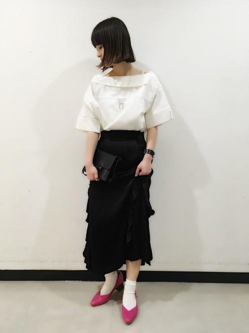 フリル黒スカートとピンクパンプスでモード風のコーデ