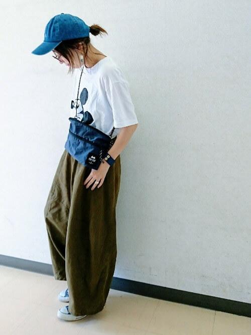 ミッキーTシャツとカーキパンツでラフなオトナ女子