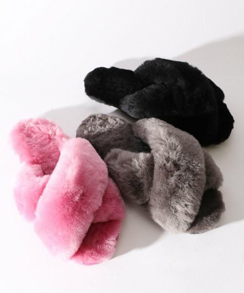 ピンクとグレーと黒で色違いのファーサンダル