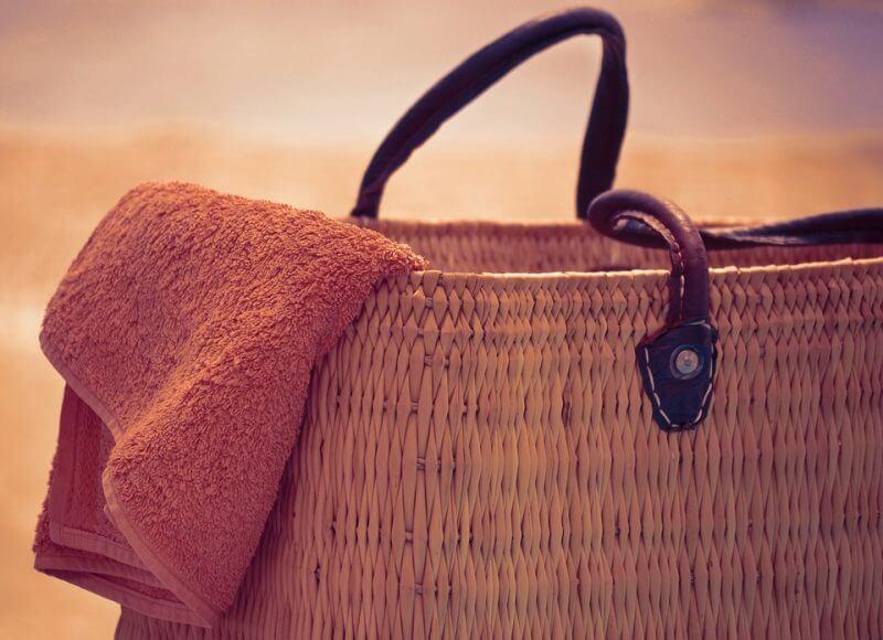 かごバッグに入った大きめのビーチタオル