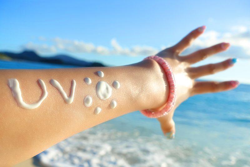 日焼け止めクリームを塗った女性の腕