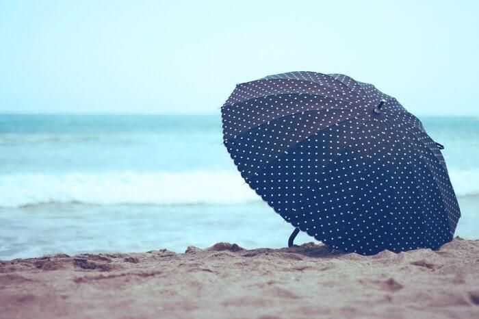 ビーチに置かれた水玉の日傘