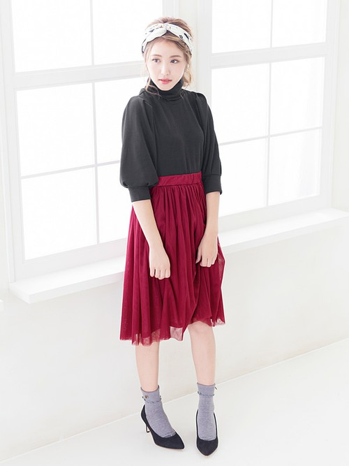 ボルドーのスカートを使った女性