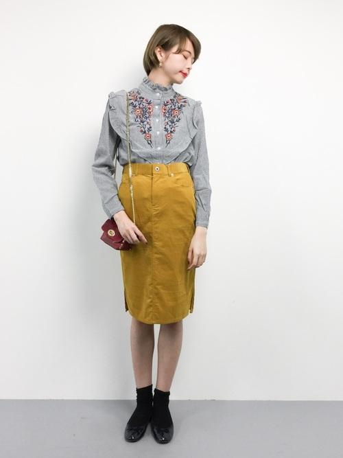 ストライプシャツに黄色スカート