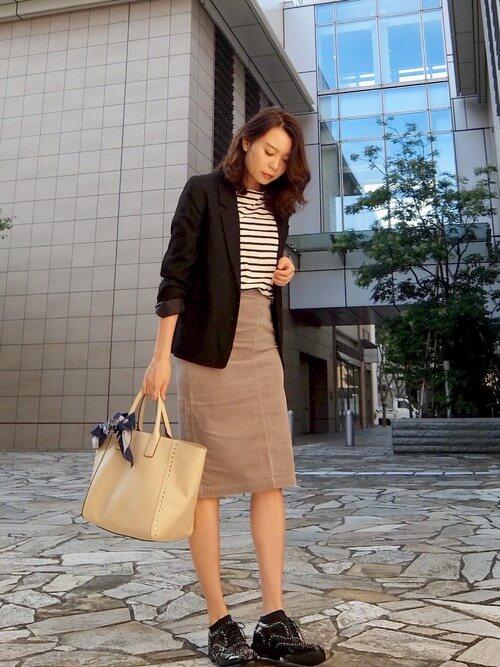ジャケットとタイトスカートを着た女性