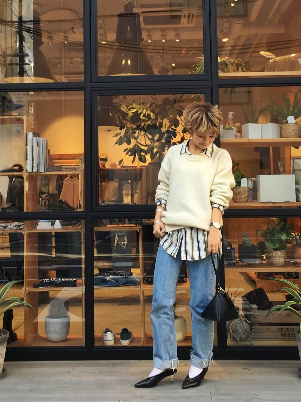 店の前に立つ女性