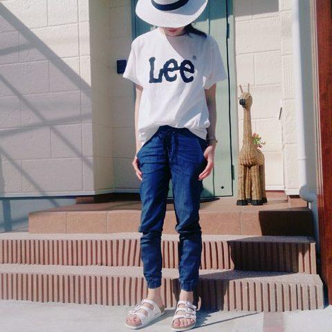 Tシャツとジョガーパンツにハット