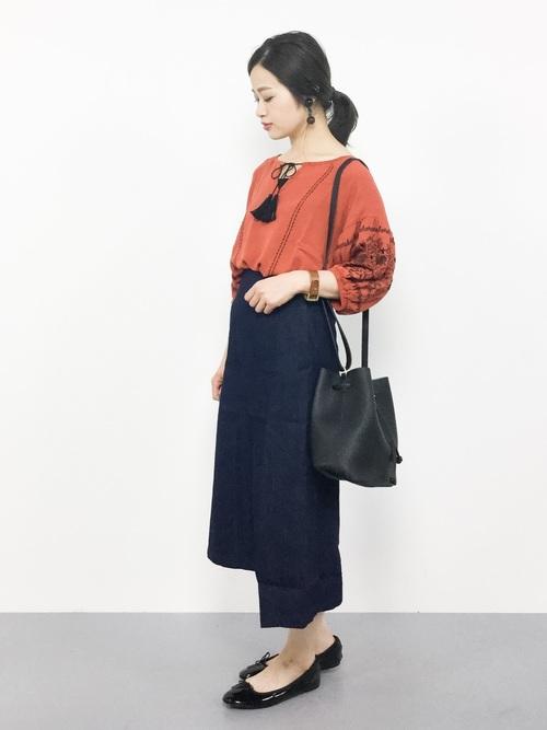 オレンジ刺繍トップスにネイビータイトスカート