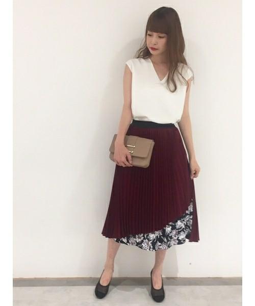 ボルドーの花柄ミディ丈ラップスカートの女性