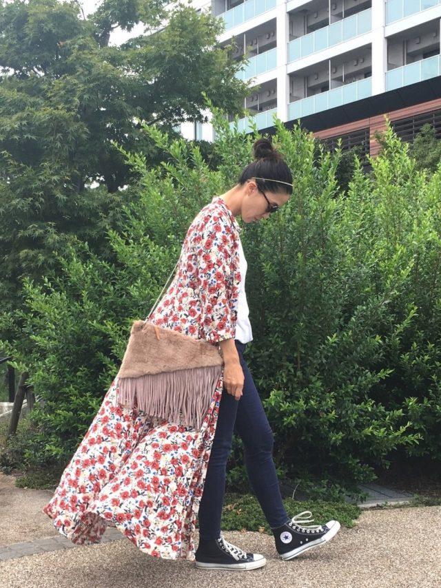 花柄ガウンとスキニージーンズを着た女性