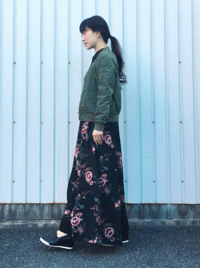 花柄スカートとカーキブルゾンのコーデ