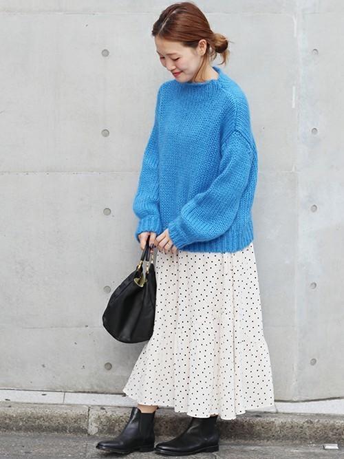白のドットスカートと青のニットのコーデ