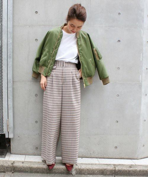 カーキMA-1にチェックパンツを履いた女性
