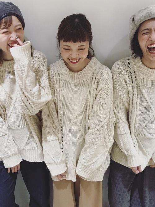 白のざっくりニットを着た3人の女性