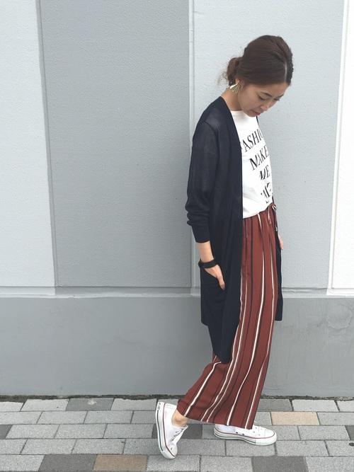 ロゴTシャツにマルチストライプパンツ、上からロングカーディガンを羽織ったスタイル