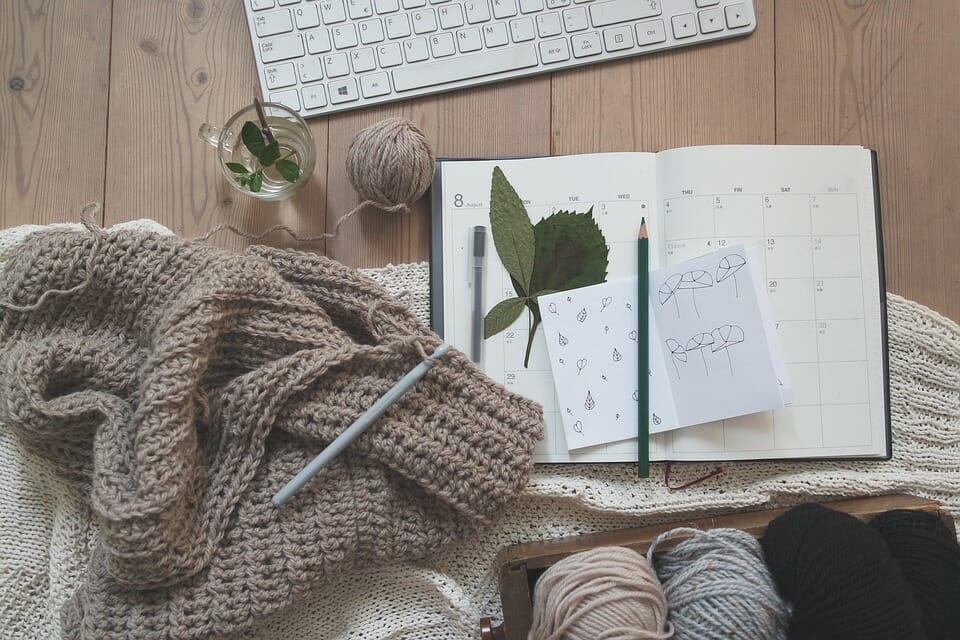 ベージュやグレーの毛糸を使った手作りの編み物