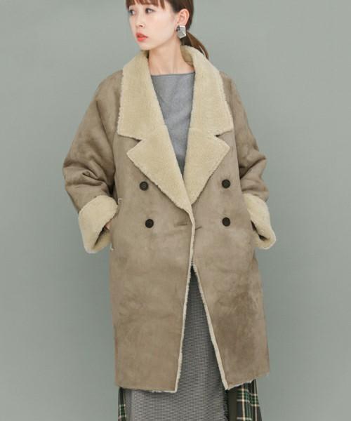 高見えするムートンコートを着た女性