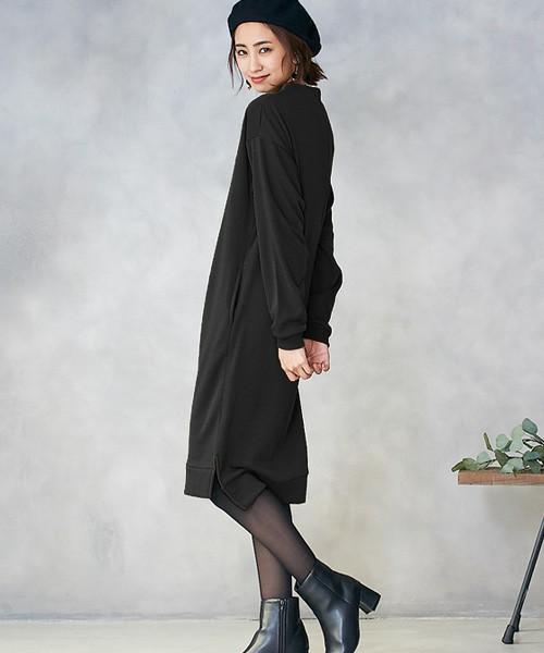 黒のスウェットワンピースを着た女性