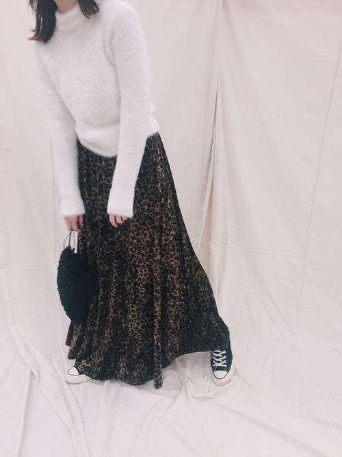 レオパードのベロアスカートにニットを合わせる女性
