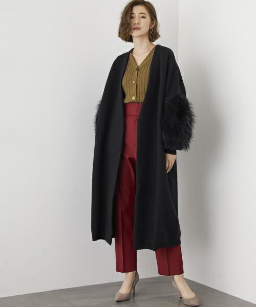 赤パンツに黒い袖ファーコートを着た女性